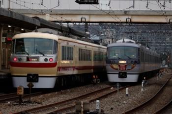 2020年2月29日 17時8分頃。仏子。中線で待機する10110Fの回送列車と、10105Fの36レ。