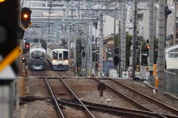 2020年2月29日 6時54分ころ。東長崎駅から。4023F+4021Fの上り回送列車(右奥)と001-C編成の3レ。
