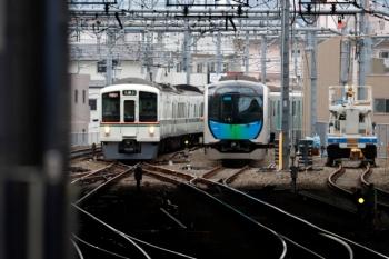 2020年2月29日 7時59分ころ。池袋。電留線で滞泊の40101F(右)と、到着する4007F+4013Fの上り回送列車。