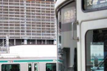 2020年2月29日 8時3分ころ。池袋。4007Fほかの「快速急行 長瀞・三峰口」ゆきと、JR東日本・埼京線の「海老名」ゆきの並び。
