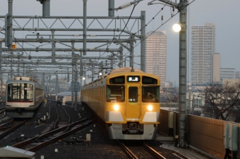 2020年3月1日 6時9分ころ。石神井公園。4番ホームを通過する2069Fの上り回送列車(右)と就寝中の東急5121F。