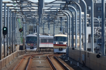 2020年3月3日 11時37分ころ。練馬〜中村橋。遠くで10110Fの22レと10105Fの13レがすれ違い。下り列車の車内から。