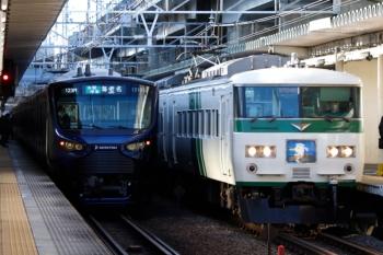 2020年3月3日 7時40分ころ。西大井。185系の「湘南ライナー4号」(右)と相鉄12000系の海老名ゆき。