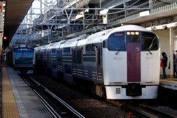 2020年3月3日 7時58分ころ。西大井。215系の『湘南ライナー6号」(右)と海老名ゆきの埼京線E233系。
