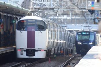 2020年3月3日 9時11分ころ。西大井。上の写真とは別の215系の、こちらも戻しの下り回送列車。相鉄12000系の新宿ゆきと遠くですれ違い。