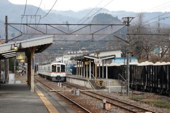 2020年3月8日。親鼻。貨物列車の横に到着する西武4003FのS7列車。