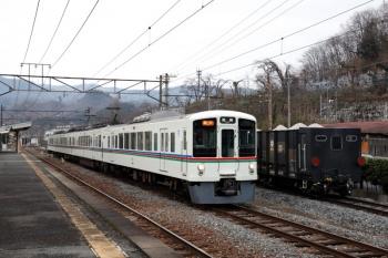2020年3月8日。親鼻。貨物列車の横を発車した西武4003FのS7列車。