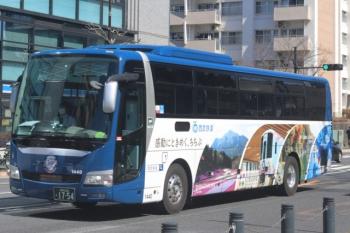 2020年3月11日。高田馬場駅近くの新目白通り。軽井沢ゆきと思います、西武の高速バス。