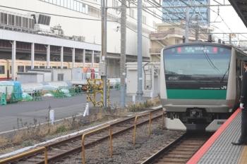 2020年3月13日 8時1分ころ。池袋。海老名ゆきの埼京線E233系(右)と西武池袋線の10105F。