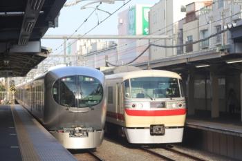 2020年3月13日。椎名町。6レだった001-G編成の下り回送列車(左)と10105Fの8レのすれ違い。
