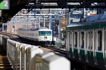 2020年3月15日 9時16分ころ。高田馬場。埼京線のE233系とすれ違う185系の特急「踊り子5号」。