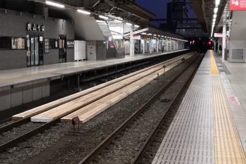 2020年3月17日 5時半ころ。所沢。1番ホーム線路の新品角材通路がホーム中程までに延びてました。