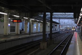 2020年3月19日 5時48分ころ。保谷。2番ホームへ到着する2073Fの上り回送列車(右奥)。