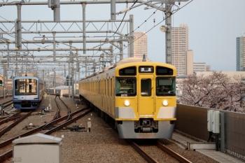 2020年3月22日 6時9分ころ。石神井公園。6番線で夜間滞泊のY512F(左))と、4番ホームを通過する2069Fの上り回送列車。
