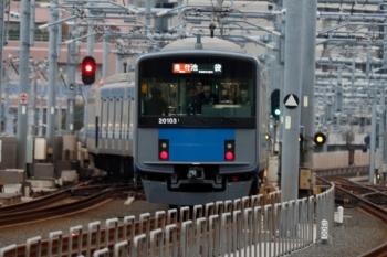 2020年3月23日。石神井公園。4レに追い抜かれた後で3番ホームから発車し急行線へ入る20103Fの2104レ。