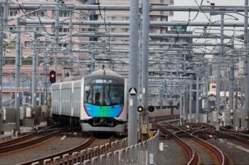 2020年3月23日。石神井公園。3番ホームから発車し急行線へ転線するS-Train 504レ(54M)。