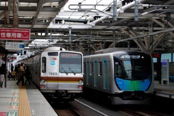 2020年3月23日。石神井公園。54M運用の各停 石神井公園駅ゆきで到着する54M運用の40103F。左はメトロ7003Fの04S運用の6610レ。