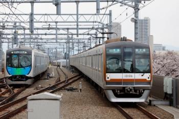 2020年3月23日。石神井公園。54M運用で折り返し待ちの40103Fの横を通って到着するメトロ10006Fの4566レ。