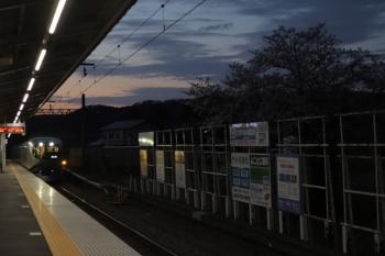 2020年3月27日 5時22分ころ。元加治。通過する001-D編成の下り回送列車。