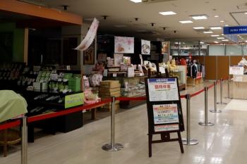 2020年3月29日。入間市駅前の「ぺぺ」の店内。こちらは食品スーパーなど一部を除き閉店でした。