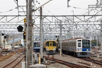 2020年3月31日 9時55分ころ。保谷。5713レの次に下り回送列車で2番ホームへ到着した2071Fは5番線へ入りました。右は6107Fの4560レ。左はY512F。この後 2番ホームへ入って6656レになります。