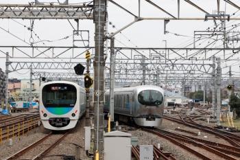 2020年3月31日 10時3分ころ。保谷。1番ホームを通過した2連+38112Fの2123レ(左)と並んで、2番ホームから4番線へ進む001-C編成の下り回送列車。
