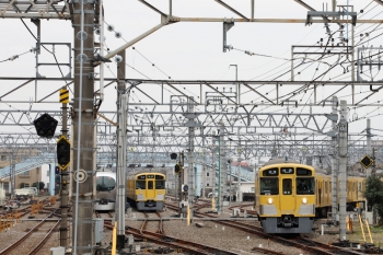 2020年3月31日 10時3分ころ。保谷。28番線から3番線へ入って5728レとなる2075F、5番線で折り返し待ちの2071F、4番線で発車を待つ001-C編成の下り回送列車。
