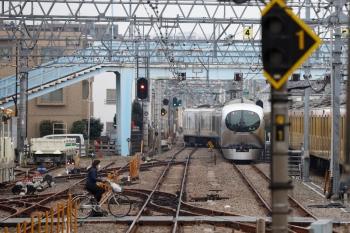 2020年3月31日 10時8分ころ。保谷。4番線から発車した001-C編成の下り回送列車。