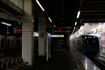 2020年3月31日 10時14分ころ。保谷。1番ホームを通過する40101Fの下り回送列車(右)と、2番ホームで6655レ〜6658レと折り返す東急5172F。 40101Fは4212レで池袋へ到着後の回送でした。