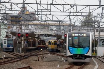 2020年3月31日。清瀬。左端から、4番ホームで留置の6111F、9103F(京急)の4103レ、2075Fの5854レ、40104Fの502レ・S-Train 豊洲ゆき。