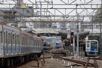 2020年3月31日。清瀬。左から、2番ホームへ入る6117Fの下り回送列車、メトロ10011Fの6559レ、引き上げ線へ入ったY517F、6154Fの4658レ。