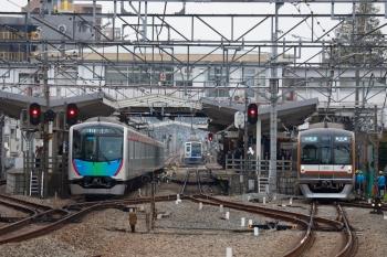 2020年3月31日。清瀬。左から40101Fの4207レ、引き上げ線で待機の6112F、メトロ10011Fの3552レ。