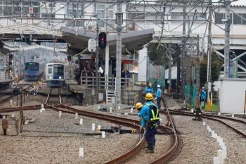 2020年3月31日。清瀬。保線屋さんが検査する中、行き交う電車。