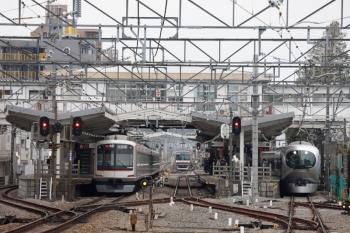 2020年3月31日。清瀬。左から、東急4106Fの6801レ、4番ホームから引き上げ線へ入ったメトロ10034F、001-C編成の16レ。