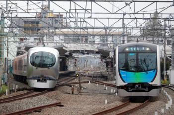 2020年3月31日。清瀬。発車した40101Fの4212レ(右)と4番ホームへ到着する001系下り回送列車。