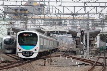 2020年3月31日。清瀬。4番ホームに停車する001系下り回送列車を、38109Fほかの2119レが追い抜き。