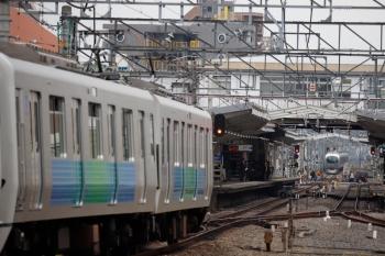 2020年3月31日。清瀬。4番ホームから発車した001系下り回送列車(奥)と、3番ホームへ到着する30000系2+8連の4117レ。