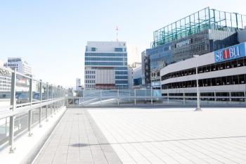 2020年4月2日。池袋。「ダイヤゲート池袋」ビルの2階の人工地盤。線路上。奥が池袋駅のプラットホームです。