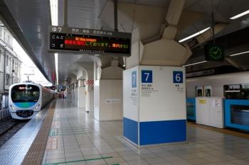 2020年4月2日 9時6分ころ。池袋。特急ホームから電留線へ向かう32106Fほかと、満員の乗客を乗せ5・6番ホームへ到着する30104Fの4208レ。