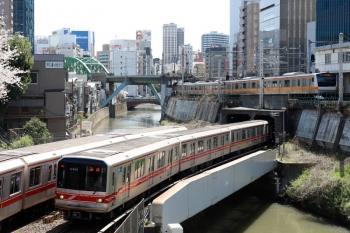 2020年4月2日 10時3分。御茶ノ水〜淡路町。丸ノ内線02系がすれ違い中央線の東京ゆきが発車。