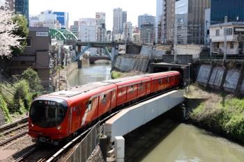 2020年4月2日 10時6分。御茶ノ水〜淡路町。神田川を渡る丸ノ内線2000系の茗荷谷ゆき。
