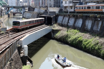 2020年4月2日 10時9分。御茶ノ水〜淡路町。03系の荻窪ゆき、中央線のE233系と、神田川を下流へ向かう小型船。