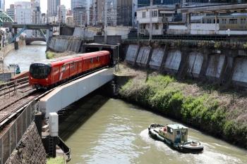 2020年4月2日 10時14分ころ。御茶ノ水駅近くの神田川。丸ノ内線の鉄橋を交互通行ですれ違う船2隻と、丸ノ内線の2000系。手前の、上流から下流へ向かう船が先に通過。奥に、左側に避けてる上流へ向かう船が見えてます。