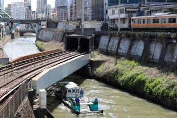 2020年4月2日 10時15分ころ。御茶ノ水駅近くの神田川。丸ノ内線の鉄橋を交互通行ですれ違った船2隻と、中央線のE233系。
