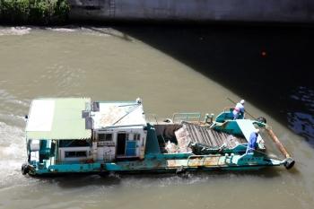 2020年4月2日 10時15分ころ。御茶ノ水駅近くの神田川。上流へ向かう東京都建設局の船。