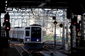 2020年4月2日 6時27分ころ。所沢。電留線から4番ホームへ進む6106F。3108レ到着後の入換です。
