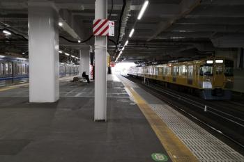 2020年4月2日 6時39分ころ。所沢。6番線に到着した2501Fの上り回送列車(右)と4番ホームで発車待ちの6106Fの上り回送列車。