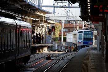 2020年4月2日 6時41分ころ。所沢。4番ホームから発車した6106Fの上り回送列車と、3番ホームへ到着する001--F編成の8レ。