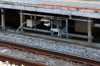 2020年4月3日。萩山。2番ホームから見た、3番ホーム床下に設置されていた機器。