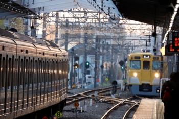 2020年4月3日 5時49分ころ。小平。6102Fの上り回送列車(5464レ〜)と、1番ホームへ到着する2405F+2003Fの下り回送列車(5405レになりました)。